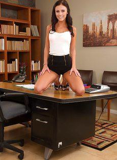 Худенькой брюнетке в офисе захотелось секса - фото #