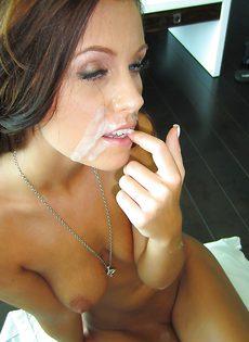 Качественно сосет большой половой член от первого лица - фото #16