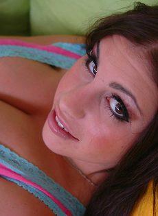 У этой красивой брюнетки большая натуральная грудь - фото #
