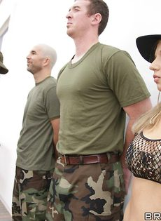 Солдат трахнул изумительную потаскушку большим членом - фото #