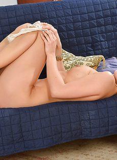 Светловолосая девушка получила удовольствие от мастурбации - фото #