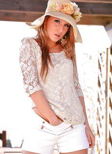 Сексуальная девушка в шляпе и ее сладенькая киска - фото #