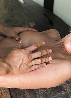 Жесткий трах обаятельной блондинистой девушки во влагалище - фото #11