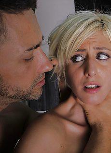 Жесткий трах обаятельной блондинистой девушки во влагалище - фото #13