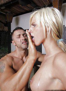 Жесткий трах обаятельной блондинистой девушки во влагалище - фото #16