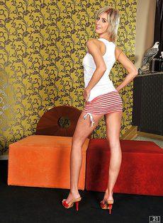 Молодая и сладкая White Angel снимает с себя одежду обнажая красивое тело - фото #