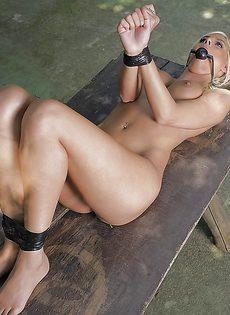 Стройная блондинка с маленькой грудью и бритой киской - фото #