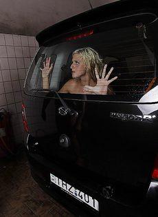 Возле автомобиля мощно трахнул длинноногую блондинку - фото #