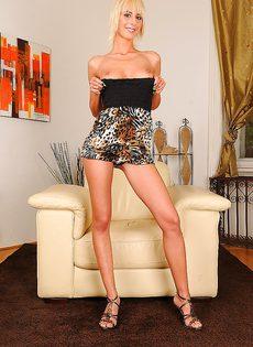 Блондинка медленно засовывает кулак во влагалище - фото #2
