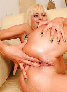 Блондинка медленно засовывает кулак во влагалище - фото #16