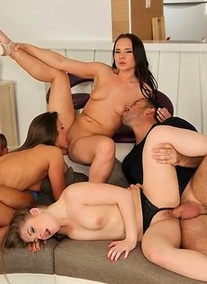 Красивые девушки довели парней до бурного оргазма - фото #
