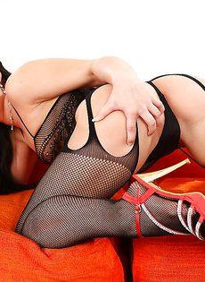 Красавица в черных чулочках вогнала пальчик во влагалище - фото #
