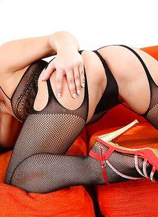 Распутная брюнетка в эротическом белье черного цвета - фото #