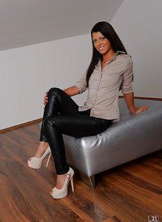 Голенькая молодушка на высоких каблуках - фото #
