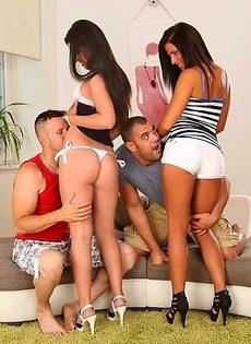 Стройные брюнетки удовлетворили парней своими горячими дырочками - фото #