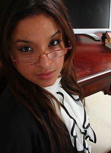 Красивой милашке стало скучно на работе - фото #