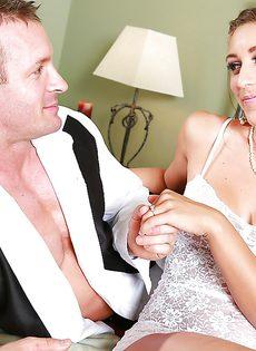Новобрачные занимаются незабываемым половым актом - фото #1