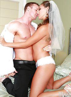 Новобрачные занимаются незабываемым половым актом - фото #4