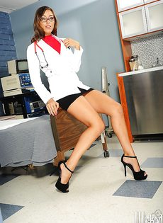 Шикарная докторша обнажилась на рабочем месте - фото #