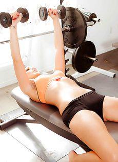 Красивая брюнетка занимается спортом в тренажерном зале - фото #4