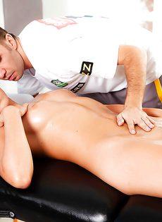 Телке Rilynn Rae было приятно трахаться с массажистом - фото #