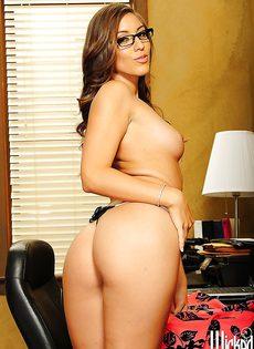 Секретарша в кабинете ждет своего начальника - фото #