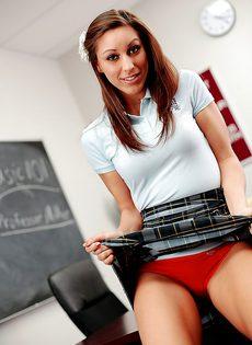 Соло соблазнительной студентки с красивыми дырочками в классе - фото #