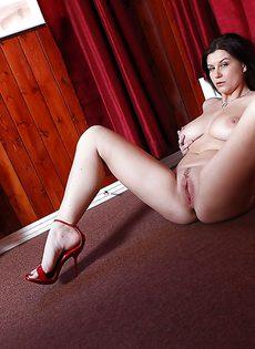 Сексапильная брюнетка занимается демонстрацией больших сисек - фото #