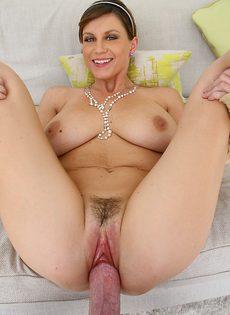 Шикарная красотка Sara Stone впускает пенис в киску - фото #