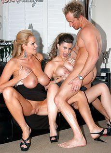 Мужику достались половые партнерши с большими дойками - фото #