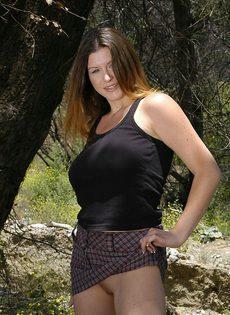 На природе продемонстрировала свою роскошную грудь - фото #