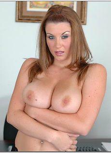 Секретарша продемонстрировала грудь на рабочем месте - фото #