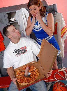 Разносчик пиццы смог удивить молоденькую чирлидершу - фото #