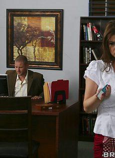 Начальник трахнул большегрудую секретаршу в кабинете - фото #