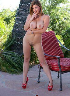 На заднем дворе зрелая женщина соблазняет соседского паренька - фото #