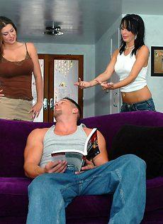 Горячий парень пытается удовлетворить сразу двух девушек - фото #