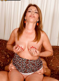 Пенис молодого любовника с наслаждением сосет пенис - фото #