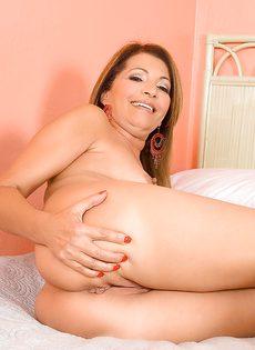 Женщина притронулась к киске и сильно возбудилась - фото #