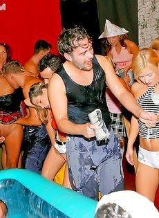 На вечеринке парни имеют девушек подшофе - фото #
