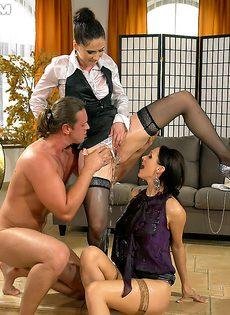 Парень и две девушки занимаются фетишистским сексом - фото #