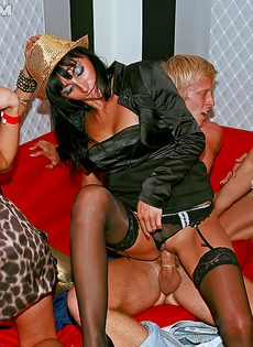 Раскрепощенные потаскушки участвуют в групповом сексе - фото #