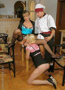 Повар трахнул двух блондинистых телок на столе - фото #