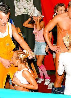 Страстная групповушка свершилась на пьяненькой вечеринке - фото #