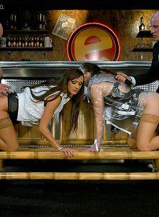 Развратное групповое порно с сучками в чулочках - фото #