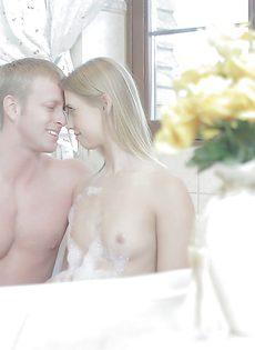 В ванной нежная блондинка чувственно сосет пенис парня - фото #2