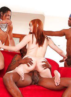 Темнокожий парни пустили по кругу симпатичную девчонку - фото #