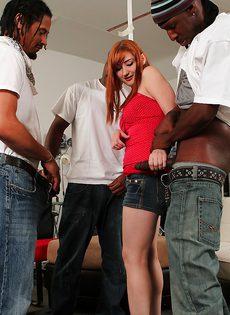Молодая деваха отсасывает большие черные члены - фото #