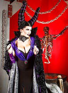Брюнетка с большими сиськами собирает на Хэллоуин - фото #