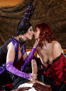 Парень большим членом трахает двух девушек на Хэллоуин - фото #