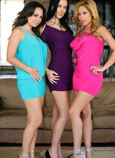 Три горячие и развратные подружки показали свои прелести - фото #